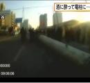 直径80cmの電柱の中に入って動けなくなった男性が救助される。中国・甘粛省