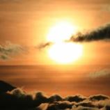 『夕日の前の白い雲と黒い雲』の画像