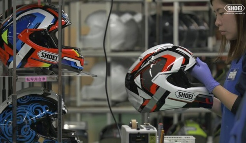 日本のヘルメットメーカーSHOEIの製造工程映像に海外感動
