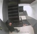 【動画】 ヤクザがよくやる玄関ドアに発砲っていうやつの犯行現場が防犯カメラに
