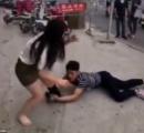 別れたくない!と街中で女性の足に必死にしがみつく中国人男性www