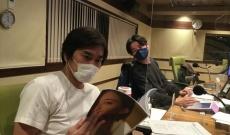 【乃木坂46】雄の目をしてるw中田花奈の写真集をい入るように見てる2人・・・