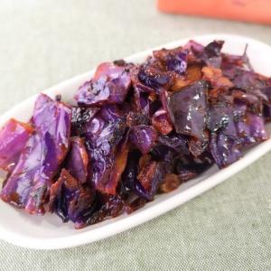 鮮やかな色合い♪紫キャベツのケチャップ炒め