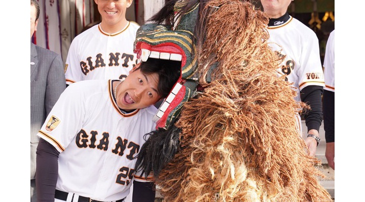 【画像】巨人・岡本、ついに獅子舞デビューwww