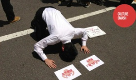 【文化】   日本人が 一回100円 で土下座するサービスをしている? 日本の土下座とは一体・・・。   海外の反応