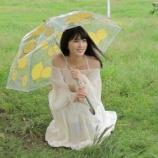 『傘をさしてわずかに微笑む桃ちゃんのワンショットが到着!【乃木坂46】』の画像