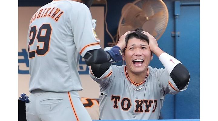 【画像】HRを打った巨人・吉川尚輝をベンチで迎える坂本の表情www