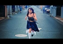 浅川梨奈ちゃんが制服を脱ぎながら胸を揺らし走るCMがエッチすぎると話題に