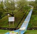 ネットで話題の「日本一危険な滑り台」、使用禁止に