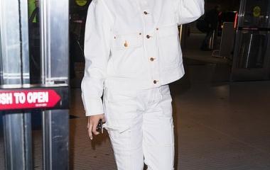 『【10代にしか見えない…!?】セレーナ・ゴメスがJFK空港に到着!Selena Gomez arrives to JFK airport』の画像