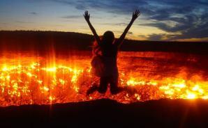 """長い年月""""燃え続ける""""地獄の門"""