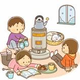 『【クリップアート】ストーブを囲む子どもたちのイラスト』の画像