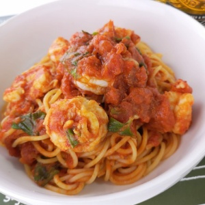 丸ごと使って濃厚な味わいに♪赤海老のトマトパスタ