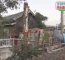 住宅の軒先から青いシートに包まれた白骨死体。他にも青いシートが二つ。埼玉県深谷市