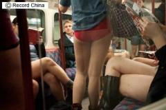【台湾】「パンツじゃ無いからはずかしくないもん」若い女性20人が「ノーパンツデー」、下半身だけ下着1枚で地下鉄に