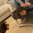 犬「ケンカはやめるんだ!」孫娘のマッサージをするおじいちゃんを見て勘違い(動画)