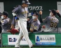 阪神・梅野 離脱の可能性 右脇腹張りで2回から交代 原口の昇格が有力