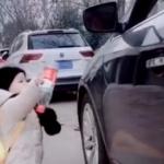 【動画】中国、車からペットボトルをポイ捨て!良い子が拾って返してあげる~!w [海外]