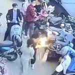 【動画】中国、ウキウキデート中の男のバッグの中のサムスン・スマホが突然、火噴いて爆発!