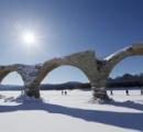 「幻の橋」雪原に…糠平湖の水位が下がり全景現す