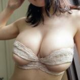『【画像】巨乳おっぱいが左右でサイズが違う理由wwwwwwwww』の画像