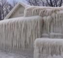 湖岸の民家、暴風雪で「氷の城」に 米ニューヨーク州