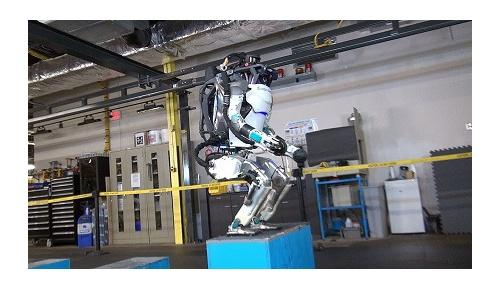 ボストン・ダイナミクスの人型ロボット「アトラス」がバック宙を披露して話題に