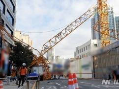 韓国のタワークレーン、ビルを破壊