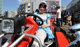 【日本のサービス】   日本初! 東京の公道を ヘルメットでなしで走れる カートを レンタルしてくれる店。   海外の反応
