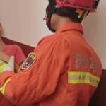 【動画】中国、わんぱく坊主が柱と壁の間に頭が挟まり抜けなくなる!消防隊が出動! [海外]