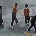【衝撃動画】マンホールに爆竹を投げ入れた中国の子供 2mくらい吹っ飛ぶ