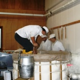 『酵母への栄養補給、蒸し上がった米を仕込みタンクに放り込む』の画像