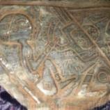『宇宙人が描かれた?石』の画像