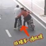 【動画】中国、女装した中年男、路上で中高年の男性に体を擦り寄せ現金を盗む~!