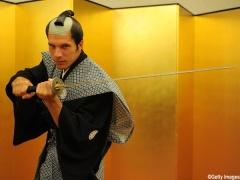 【 動画 】竹刀でカメラマンをイジるポドルスキ・・・嫌な予感がすると話題にw