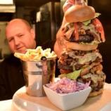 『イギリスで高さ30センチ超を誇る特大ハンバーガー 20分以内に完食できれば無料 (写真あり)』の画像