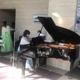 『ライブアクト21。戸田市文化会館の入口ロビーのスペースを使って定期的に開催される無料のミニコンサート。本日は心地よいピアノの調べが流れていました。次回は2月7日開催です!』の画像