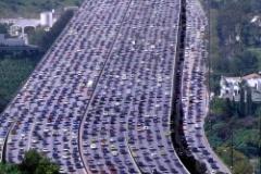 高速道路って、高速で走ってるのにどうして渋滞するの?