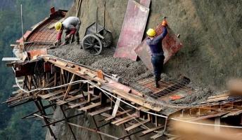 高所恐怖症の人は見てはいけない断崖絶壁の工事現場画像
