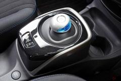 「プリウス式」シフトレバーを採用する車が増加中 レバーを廃止する車も