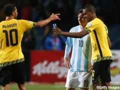 【画像】メッシとの2ショット写真を自慢げに記者に見せるジャマイカ選手www