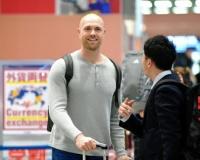 【阪神】エドワーズが来日「興奮しています」196センチのリリーフ右腕