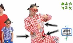 【日本のテレビ】    ありえねえ・・・。子供の番組で 下ネタ英語を表記した服を着ているぞ・・・・。  海外の反応