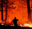 カリフォルニア州でまた山火事 心身ともに消耗する消防隊員 出動中に死亡やストレス自殺