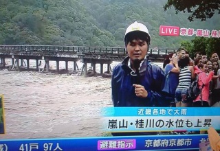 友蔵「まる子、水害をバックに写真を撮ろう」まる子「ばんざーい!」