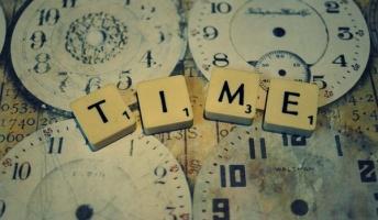 タイムマシンを使わずに過去の世界を改変することは可能か
