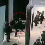 【動画】ロシア、ルパンもびっくり?大勢の客がいる美術館から堂々と絵を持ち去った男 [海外]