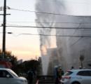 水道管が「ドーン!」、ビル5階まで水噴出 原因は車転落