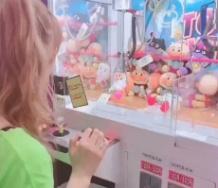 『【動画】生田衣梨奈、完全にドキンちゃんの頭を鷲掴みしてるのに握力が弱すぎて力尽きる名古屋のUFOキャッチャーに撃沈!』の画像