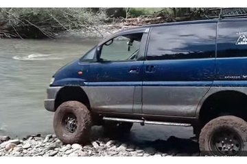 海外「やっぱりデリカ」三菱の名車で川渡りする動画を絶賛する海外